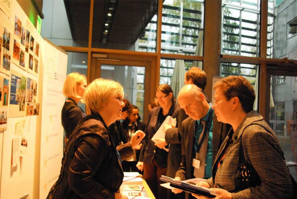 Interessierte Teilnehmer am Informationsstand der EU-Fundraising Association