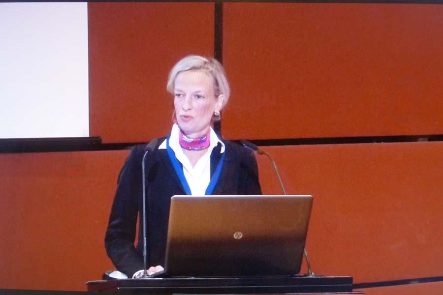 Isabelle Reusch 2. Vorsitzende der EU-Fundraising Association führt durch das Programm